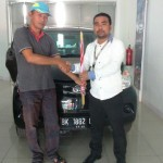 Foto Penyerahan Unit 2 Sales Marketing Dealer Mobil Daihatsu Medan Ramadhan Subrata
