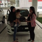 Foto Penyerahan Unit 2 Sales Marketing Mobil Dealer Daihasu Bella