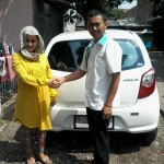 Foto Penyerahan Unit 2 Sales Marketing Mobil Dealer Daihatsu Bandung Teddy Ahmad