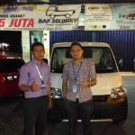 Foto Penyerahan Unit 2 Sales Marketing Mobil Dealer Daihatsu Pasuruan Soleh