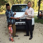 Foto Penyerahan Unit 2 Sales Marketing Mobil Dealer Suzuki Pekanbaru Rio Alex