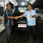 Foto Penyerahan Unit 1 Sales Marketing Mobil Suzuki Makassar MAHBUB