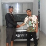 Foto Penyerahan Unit 1 Sales Marketing Dealer Mobil Daihatsu Medan Ramadhan Subrata