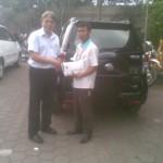 Foto Penyerahan Unit 1 Sales Marketing Mobil Dealer Daihatsu Sumedang Dian