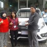 Foto Penyerahan Unit 2 Sales Marketing Mobil Dealer Daihatsu Indramayu  Rosanti
