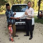 Foto Penyerahan Unit 2 Sales Marketing Mobil Dealer Suzuki Pekanbaru Rio Alex